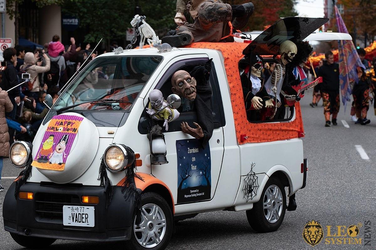 Vancouver's halloween street parade 2019 - original car with dolls