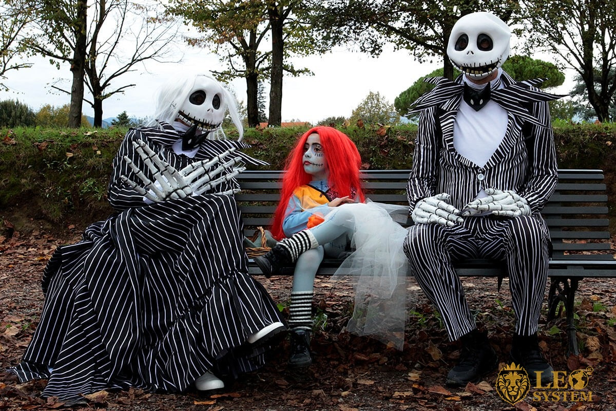 Family sitting on a bench disguised as characters from the movie - Event Lucca Comics & Games, Italy