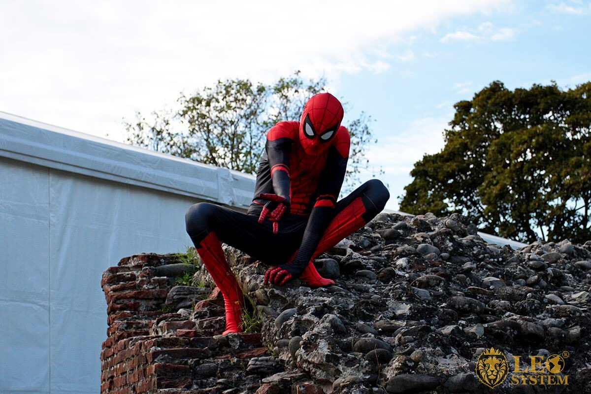 Cosplay to the Lucca Comics & Games - Spiderman posing over a wall