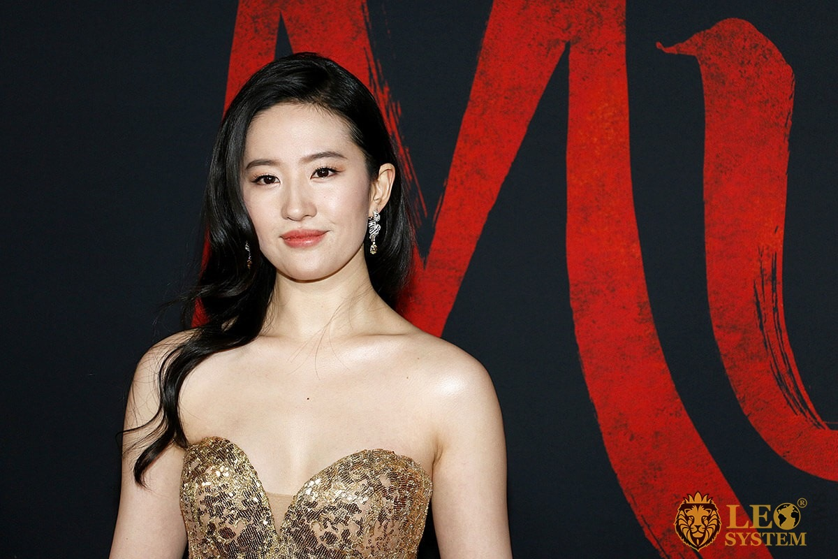 Yifei Liu at the World Premiere of Disney's «Mulan», Dolby Theatre in Hollywood, USA