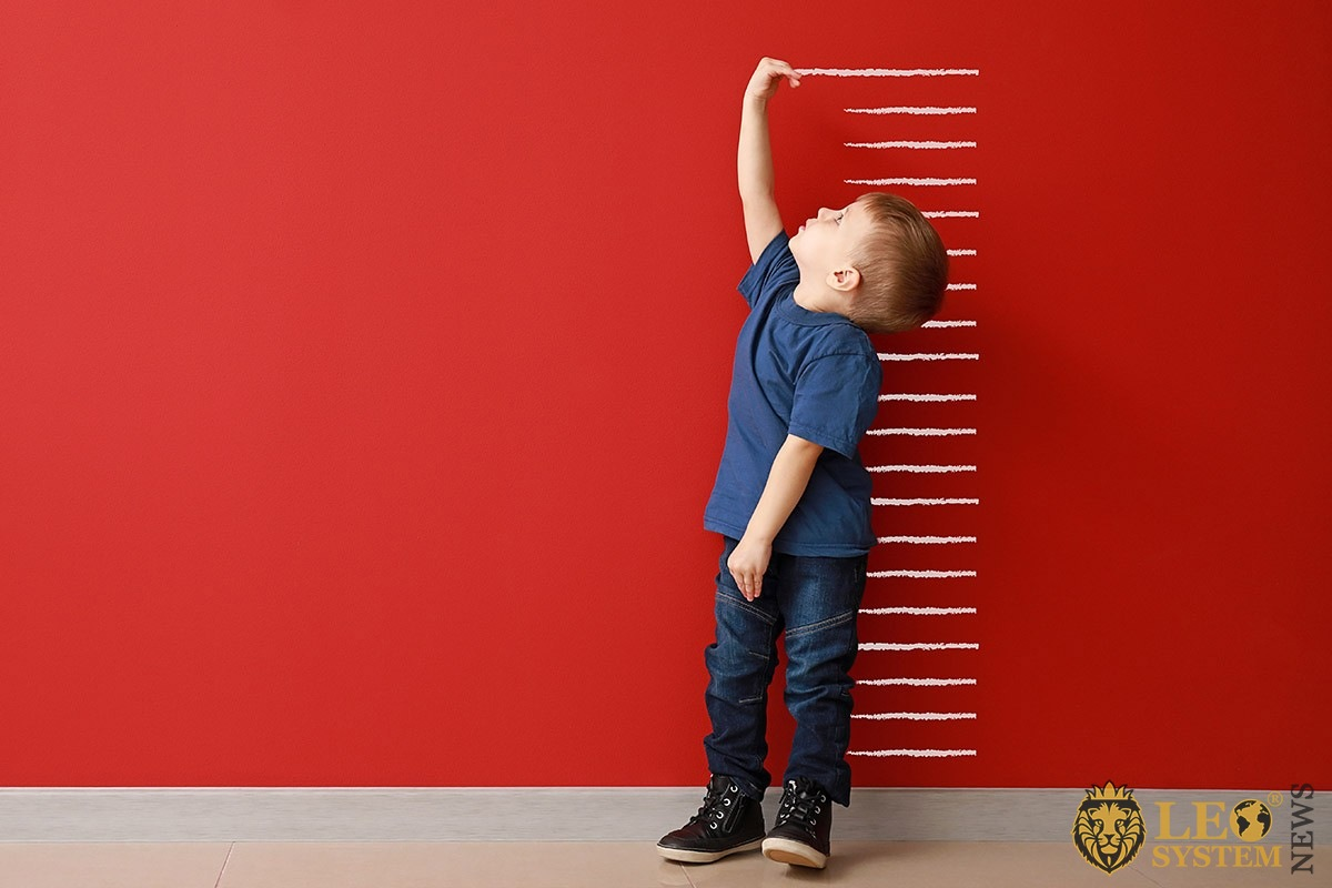 Image of a child who measures his height