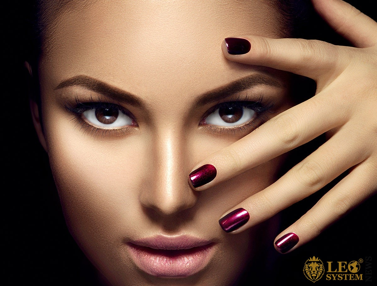 Image of the face and penetrating eyes of a graceful woman