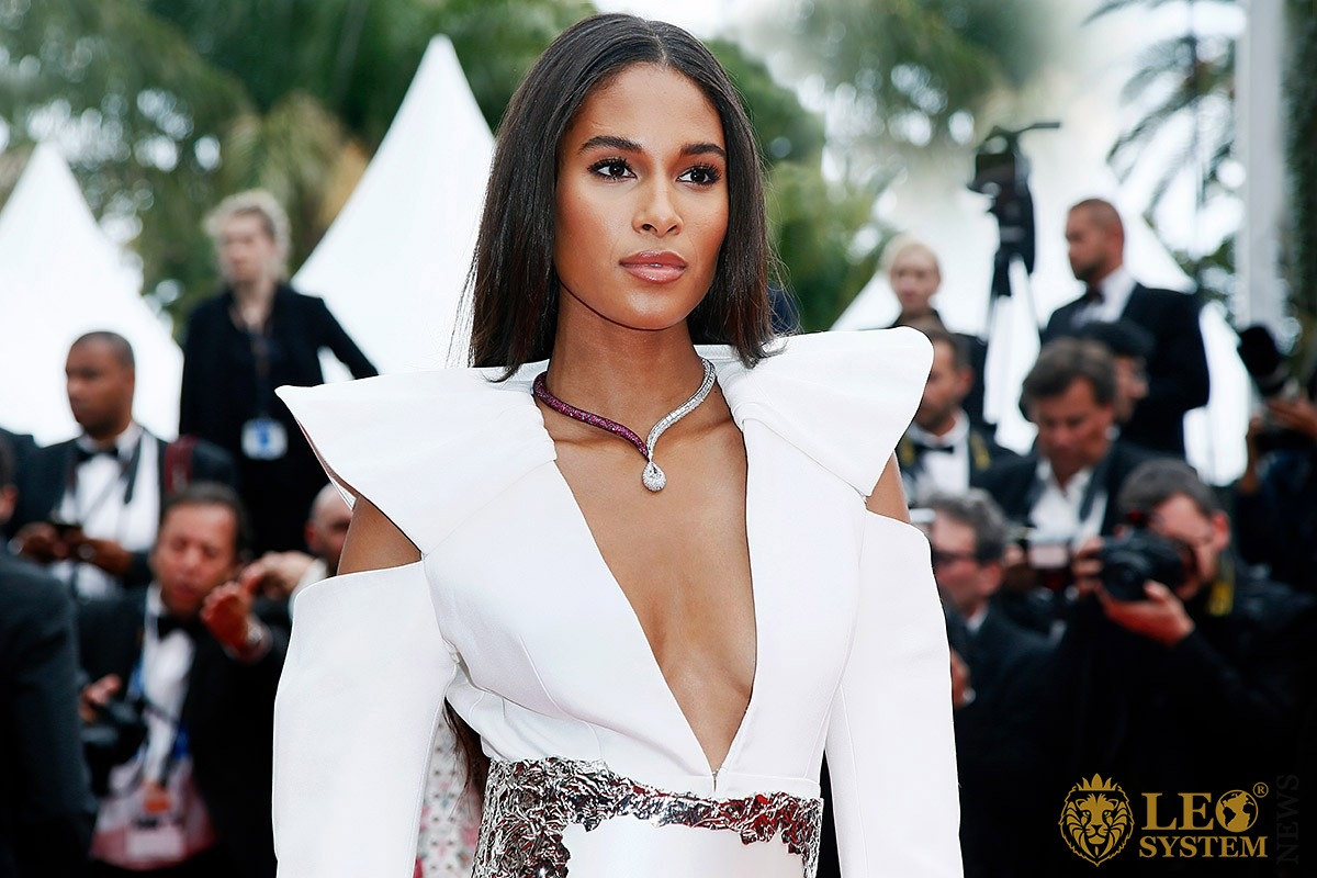 Image of the French model Cindy Bruna with an attractive look
