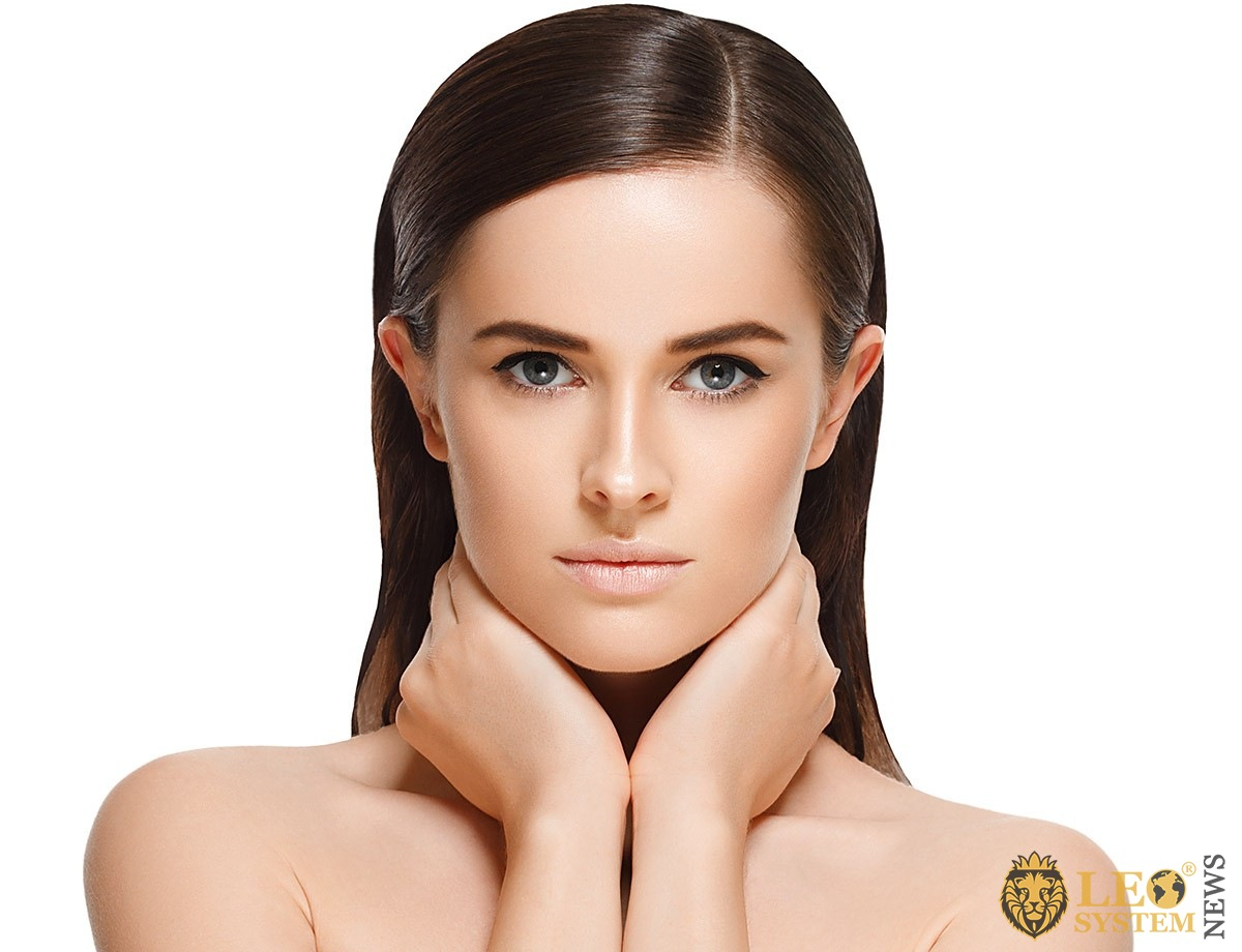 Image of a pretty girl who closes her neck with her hands