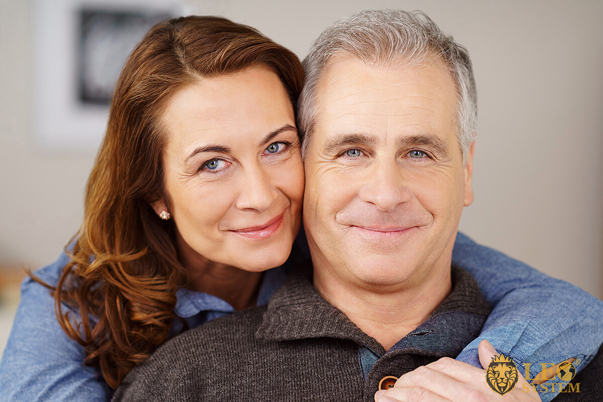 Image of an elderly couple in love