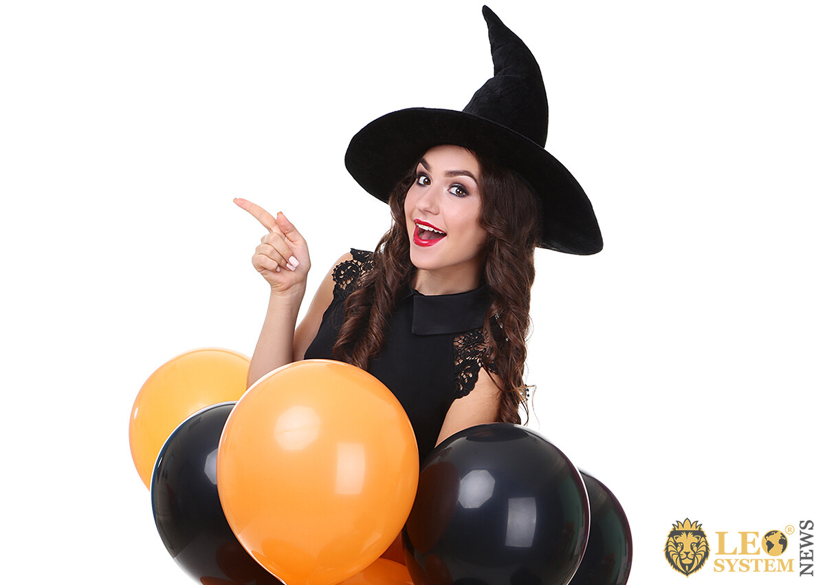 Girl in a big hat and with balloons